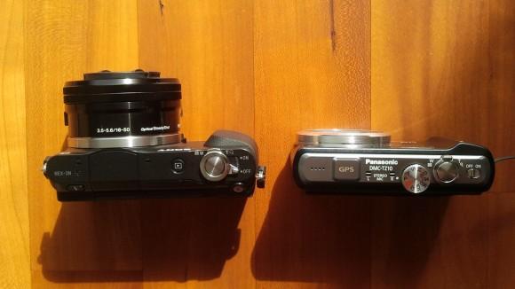 Sony NEX-3N und Panasonic DMC-TZ10 in der Gegenüberstellung (ausgeschalten).