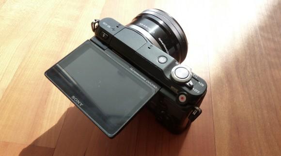Sony NEX-3N mit nach oben geklapptem Display.